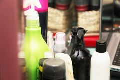 Cepillos para el pelo, pasadores y las instrucciones del peluquero en el salón imagen de archivo libre de regalías