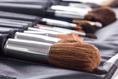Cepillos profesionales del maquillaje en caso compacto Fotos de archivo