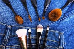 Cepillos profesionales del maquillaje en fondo del dril de algodón Accesorios del ` s de las mujeres Fotos de archivo