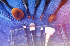Cepillos profesionales del maquillaje en fondo del dril de algodón Accesorios del ` s de las mujeres Imagenes de archivo