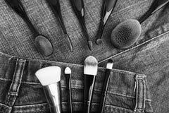Cepillos profesionales del maquillaje en fondo del dril de algodón Accesorios del ` s de las mujeres Foto de archivo