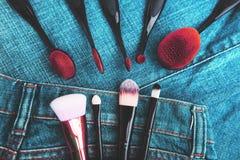 Cepillos profesionales del maquillaje en fondo del dril de algodón Accesorios del ` s de las mujeres Fotografía de archivo
