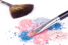 Cepillos profesionales del maquillaje en los sombreadores de ojos del color Fotos de archivo
