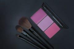 Cepillos rosados del colorete y del maquillaje del tono Imágenes de archivo libres de regalías
