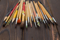 Cepillos separados hacia fuera en una superficie de madera oscura Fotografía de archivo