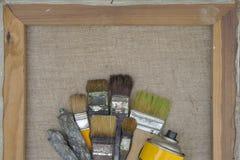 Cepillos, tubos de la pintura y un globo amarillo fotos de archivo