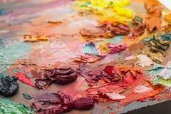 cepillos usados en la paleta de un artista de la pintura de aceite colorida para el Dr. Imagenes de archivo
