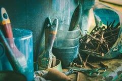 Cepillos viejos Clavos oxidados viejos foto de archivo libre de regalías