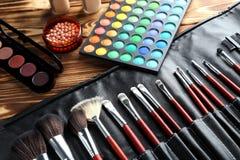 Cepillos y cosméticos del maquillaje foto de archivo libre de regalías