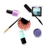 Cepillos y cosméticos del maquillaje aislados en blanco Foto de archivo libre de regalías