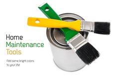 Cepillos y estaño con la pintura para el mantenimiento casero Fotografía de archivo libre de regalías