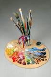 Cepillos y gama de colores de los artistas Fotos de archivo