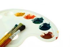 Cepillos y gama de colores de pintura Foto de archivo