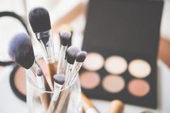 Cepillos y herramientas profesionales del maquillaje Foto de archivo libre de regalías