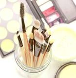 Cepillos y herramientas profesionales del maquillaje Imagenes de archivo