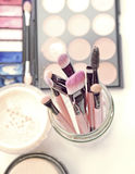 Cepillos y herramientas profesionales del maquillaje Fotografía de archivo libre de regalías
