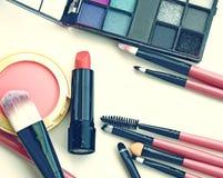 Cepillos y herramientas profesionales del maquillaje Fotos de archivo