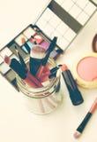 Cepillos y herramientas profesionales del maquillaje Fotos de archivo libres de regalías