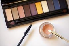 Cepillos y herramientas profesionales del maquillaje en la opinión superior del fondo Fotos de archivo