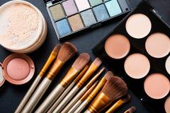 Cepillos y herramientas profesionales, productos del maquillaje de maquillaje fijados Fotografía de archivo