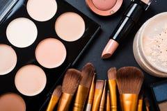 Cepillos y herramientas profesionales, productos del maquillaje de maquillaje fijados Imagen de archivo
