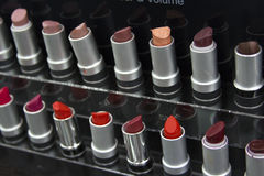 Cepillos y herramientas profesionales, productos del maquillaje de maquillaje fijados Fotografía de archivo libre de regalías