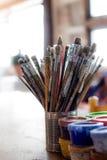 Cepillos y pinturas del artista Foto de archivo