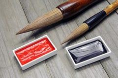 Cepillos y tinta asiáticos de escritura para la caligrafía imagenes de archivo