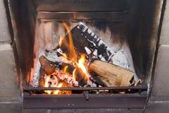 Ceppi che bruciano su un fuoco aperto Fotografia Stock