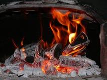 Ceppi di legno che bruciano brillantemente nella vecchia stufa Immagini Stock