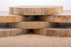 Ceppi di legno tagliati nei pezzi sottili rotondi Immagini Stock