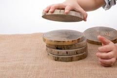 Ceppi di legno tagliati nei pezzi sottili rotondi Fotografia Stock