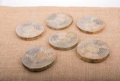 Ceppi di legno tagliati nei pezzi sottili rotondi Immagine Stock