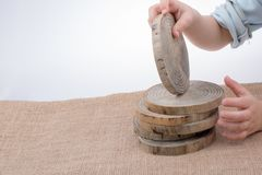 Ceppi di legno tagliati nei pezzi sottili rotondi Fotografie Stock Libere da Diritti