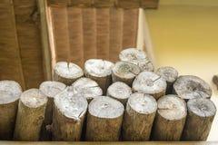 Ceppi tagliati asciutti della legna da ardere impilati Tagli il legno del ceppo Immagini Stock
