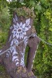 Ceppo di albero dipinto in Zalipie, Polonia Immagini Stock