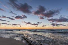Ceppo lavato su sulla riva del lago Huron al tramonto Fotografia Stock