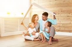 Cept расквартировывая молодую семью отец и дети матери в новой Стоковое Фото