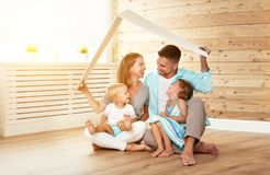 Cept som inhyser en ung familj moderfader och barn i nytt Arkivfoto