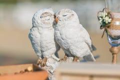Cerámica blanca de la escultura del búho Besando los pares de pájaros - decoración de la boda imagen de archivo libre de regalías