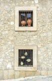Cerámica de cerámica tradicional exhibida en ventanas, Trujillo, Spai Fotografía de archivo