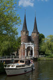 Cerámica de Delft de Oostpoort contra el cielo azul que muestra el barco en canal Foto de archivo libre de regalías