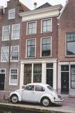 Cerámica de Delft, Países Bajos - 6 de enero de 2019: Volkswagen Beetle parqueó delante de casa holandesa del canal en cerámica d foto de archivo libre de regalías