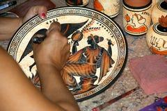 Cerámica haciendo copias de los floreros del griego clásico Imagenes de archivo