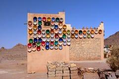 Cerámica marroquí tradicional en el mercado Fotos de archivo