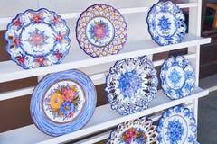 Cerámica para la venta en el mercado callejero en Nazare fotos de archivo libres de regalías