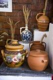 Cerámica rumana tradicional de la loza de barro en Buzau - Rumania imagenes de archivo