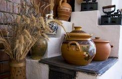 Cerámica rumana tradicional de la loza de barro en Buzau - Rumania fotos de archivo