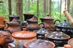 Cerámica ucraniana del recuerdo del viejo estilo en el mercado de Schodnica, foto de archivo libre de regalías