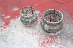 A cerâmica com incenso cola em uma tabela do vintage em China Fotos de Stock Royalty Free